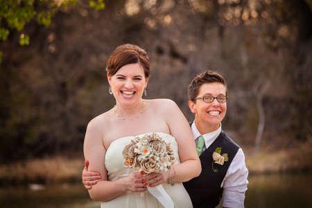 Leuk pasgetrouwd homostel samen lachen Stockfoto