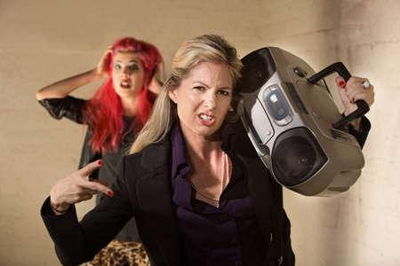 maladroit: Awkward femme dr�le avec la radio et embarrass� adolescent Banque d'images