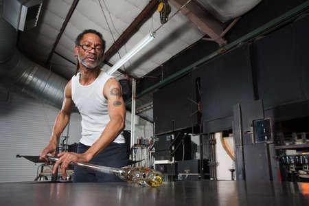 Besetzt Glas Handwerker mit Kunst Objekt auf Werkbank