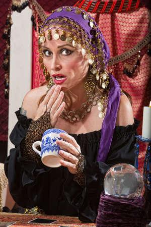 gitana: Adivino té lectura sorprendido deja la taza