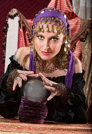 adivino: Hermosa mujer europea adivina con bola de cristal