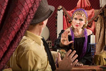 Kalme zigeuner vrouw zwaaien hand over kristallen bol Stockfoto - 19904948
