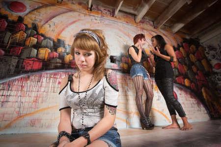二人の女の子が彼女の話見て恥ずかしがり屋の 10 代