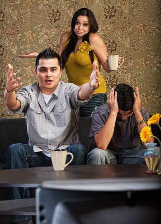 rgern: Frustriert Latino Familie drinnen vor dem Fernseher zusammen