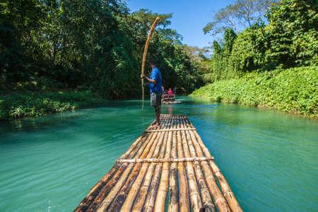 Kapitan łodzi i rzeka na rzece Martha Brae na Jamajce