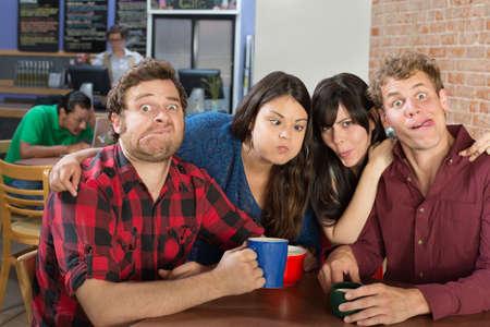 making faces: Gruppo stupido di persone fare le facce in un bistrot
