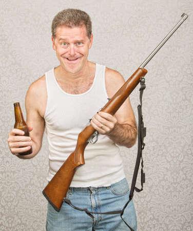 Einzel männlich Hinterwäldler hält Bier und Gewehr