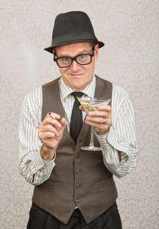 maladroit: Awkward homme d'affaires ivre avec la cigarette et martini Banque d'images