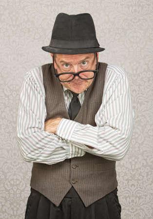 desprecio: Soltero negocios enojado con el sombrero y los brazos cruzados