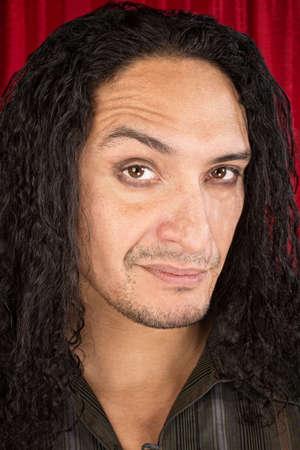 desprecio: Cerca del hombre Latino escéptico con el pelo largo