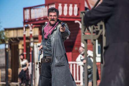 Ein Sheriff Duelle Bandit in der Mitte der Stadt