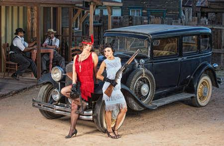 총을 가진 오래 된 차 근처 1920 년대 갱 단의 그룹