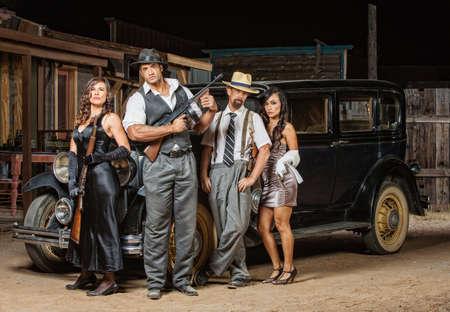 Groep mannelijke en vrouwelijke gangsters met geweren