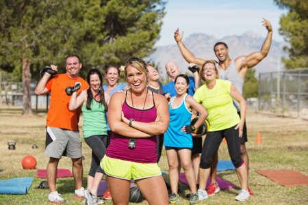 clase media: Grupo de gente feliz en el arranque clase de fitness campamento