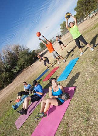 Diverse groep van mannen en vrouw in boot camp fitness klasse