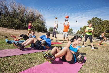 Grupp av mogna vuxna som arbetar i fitness klass