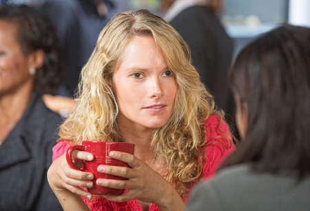 Besorgt junge Frau im Gespräch mit Freund im Café Standard-Bild - 29123406