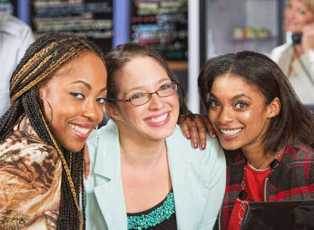 Grupo diverso de tres mujeres jóvenes en el café Foto de archivo