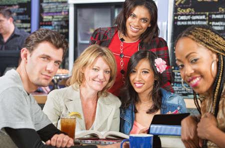 mujeres felices: Grupo diverso de estudiantes en la cafeter�a con una sonrisa