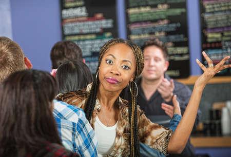 file d attente: Agacé jeune femme attendant dans la ligne au restaurant Banque d'images