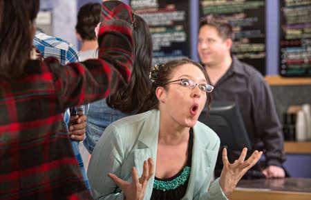 fila de personas: Emocional cliente mujer blanca en la cola en la casa de caf� Foto de archivo