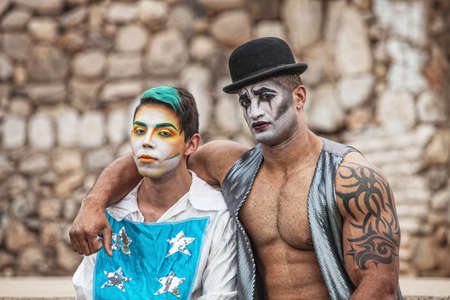 cirque: Pair of handsome male cirque performers outside