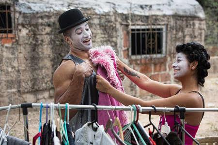 cirque: Due ridendo clown circo montaggio costumi all'aperto Archivio Fotografico