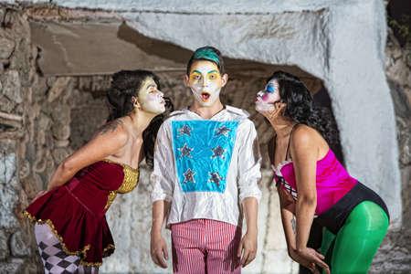 cirque: Sorpreso giovane clown circo con le femmine che soffia baci Archivio Fotografico