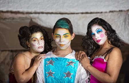 cirque: Sorridendo carino esecutore circo con ammiratrici Archivio Fotografico