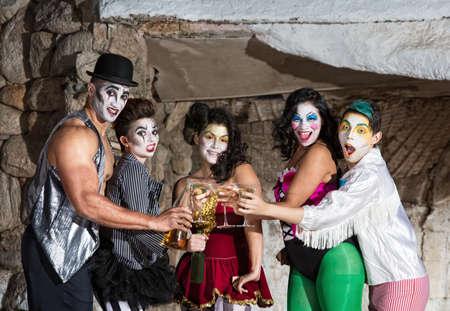cirque: Martini bere insieme pagliaccio circo tostatura sul palco
