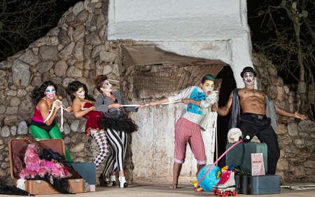 cirque: Gruppo di sciocco clown circo giocano al tiro alla fune