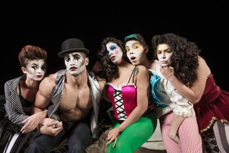 clown cirque: Cinq graves clowns de cirque sur sc�ne de th��tre Banque d'images