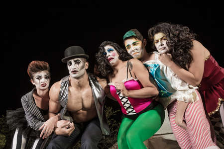 cirque: Gruppo di piangere clown circo sul palco