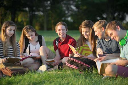 六つの白人の十代の学生の宿題のグループ 写真素材