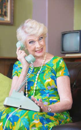 ロータリーの電話に緑色で幸せな先輩女