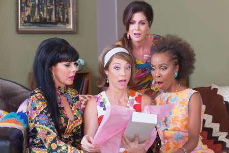 rosa negra: Mujeres sorprendido mirando en la casilla en la fiesta