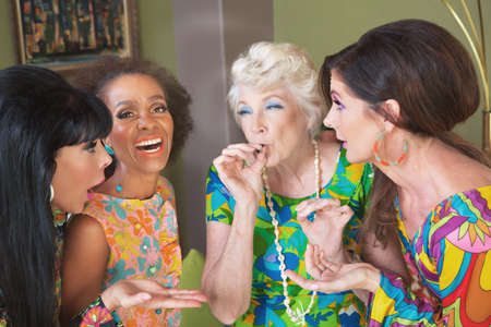 Riendo grupo de mujeres fumando un porro