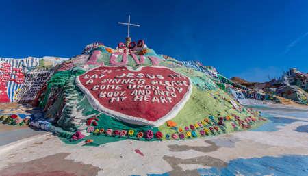 CALIPATRIA, IMPERIAL COUNTY, CALIFORNIA, USA - NOVEMBER 28: Salvation Mountain outdoor art installation created by Leonard Knight on November 28, 2014 in at Calipatria, California, USA. 新聞圖片