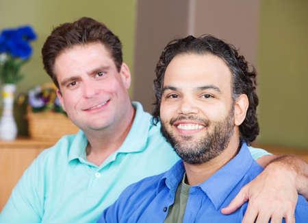 hombres gays: Hombres gay afectuosos mixtos se abrazan