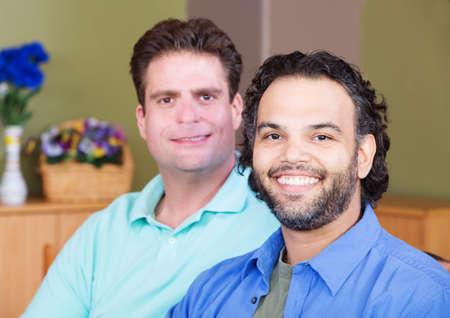 homosexual: Homosexuales latinos y caucásicos sentados juntos