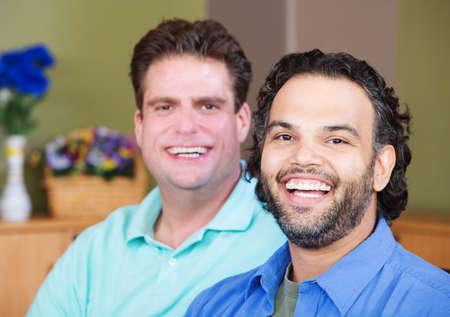 homosexuales: Pareja mixta de risa hombres homosexuales Foto de archivo