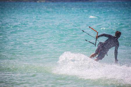 papalote: Hombre surfista cometa se mueve sobre la superficie del oc�ano