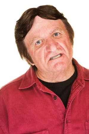 desprecio: Hombre ridiculización enojado en camisa roja sobre blanco Foto de archivo
