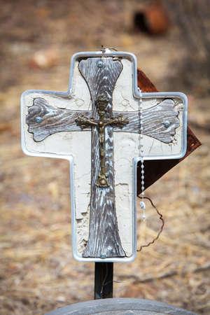 Close-up van zelfgemaakte katholieke graf marker met rozenkrans