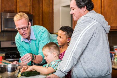 sex: Pap�s ??gay felices con sus hijos en la cocina