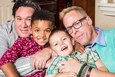 homosexuales: Los padres gay y sus hijos posan para una foto Foto de archivo