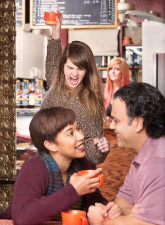 Furious Frau werfen Becher bei treulosen Freund in Cafe Standard-Bild - 41750254