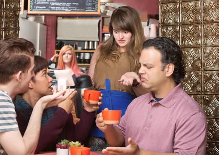 커피 하우스에 불만족 한 고객과 웨이트리스 스톡 콘텐츠