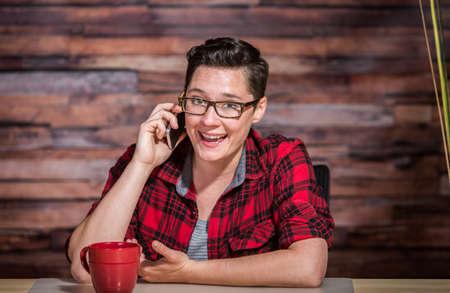 lesbienne: Femme enthousiaste dans les affaires tenue d�contract�e sur le t�l�phone