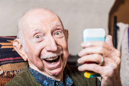 Älterer Herr eine selfie mit Smartphone nehmen
